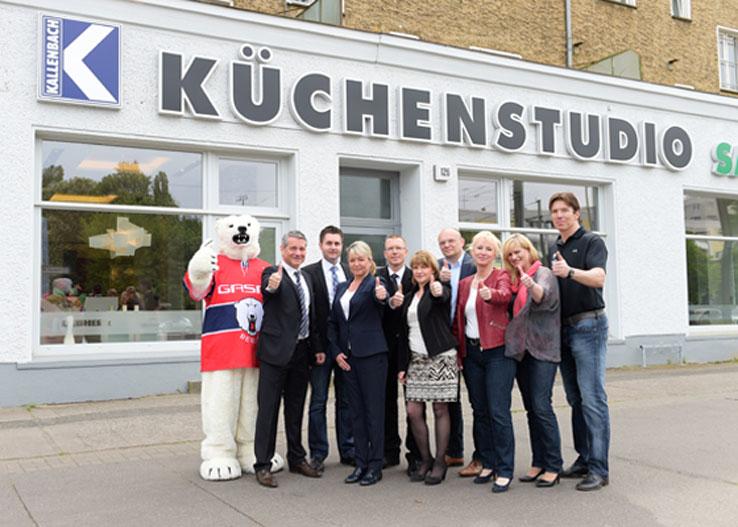 kuechenguide.com-kuechenstudio-kallenbach-teambild-kuechenstudio-kallenbach-mit-eisbaer-web